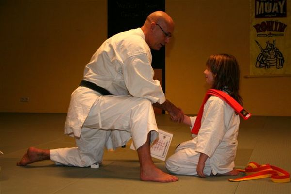 Meine Tochter bekommt die Orange auszeichnung bei Karate