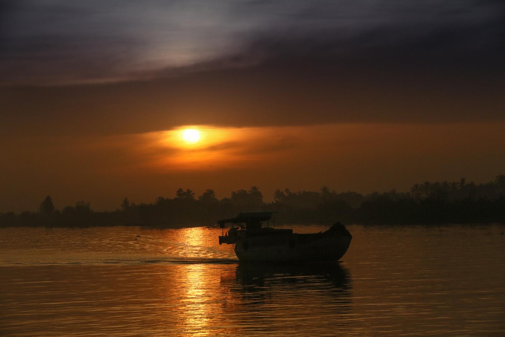 Mekong, Sonnenaufgang mit Boot