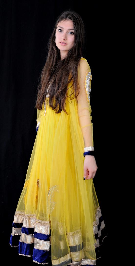 Melissa in gelbem Modelkleid
