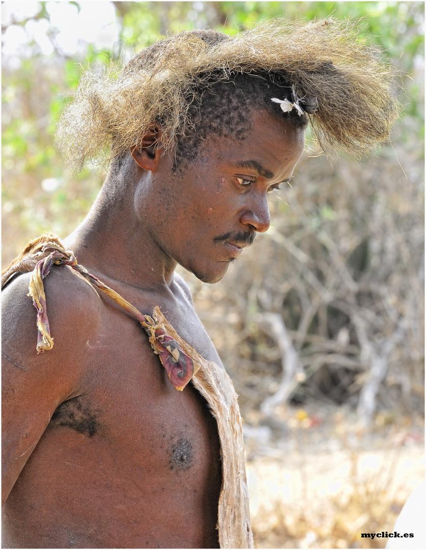 MEMORIAS DE AFRICA -CAZADOR HADZABE 4 -EYASY-TANZANIA