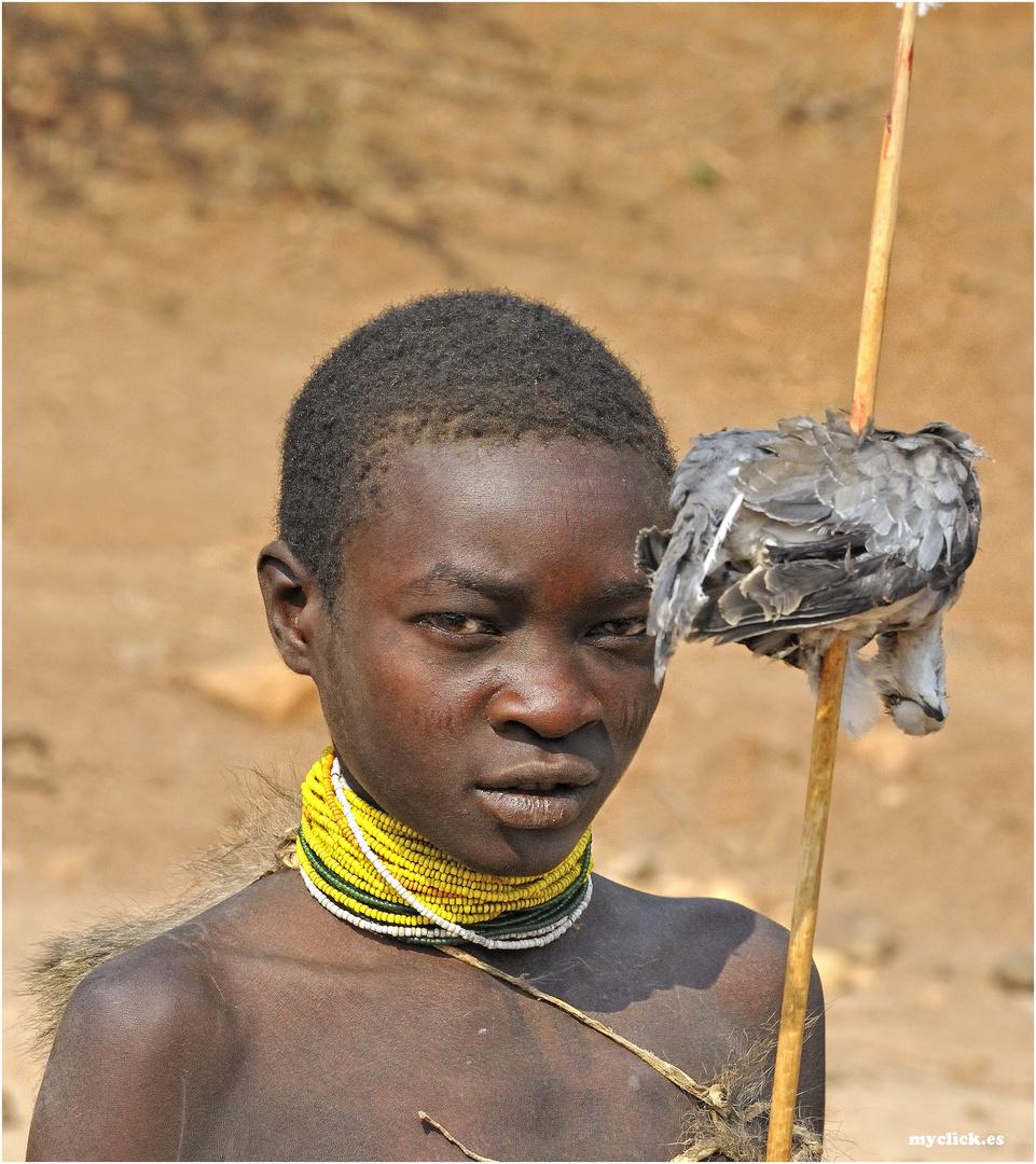 MEMORIAS DE AFRICA-CAZADOR HADZABE CON PIEZA -EYASY