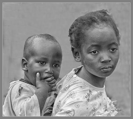 MEMORIAS DE AFRICA-DOS HERMANOS -UGANDA