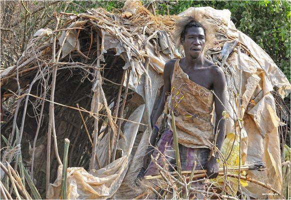 MEMORIAS DE AFRICA -EL HADZABE DELANTE DE SU CHOZA-TANZANIA