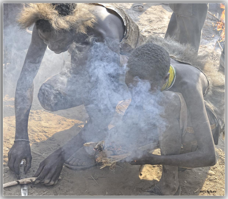 MEMORIAS DE AFRICA-LOS HADZABES -HACIENDO FUEGO