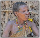 MEMORIAS DE AFRICA -MUJER DATOGA DELANTE DE SU CASA -EYASI -TANZANIA