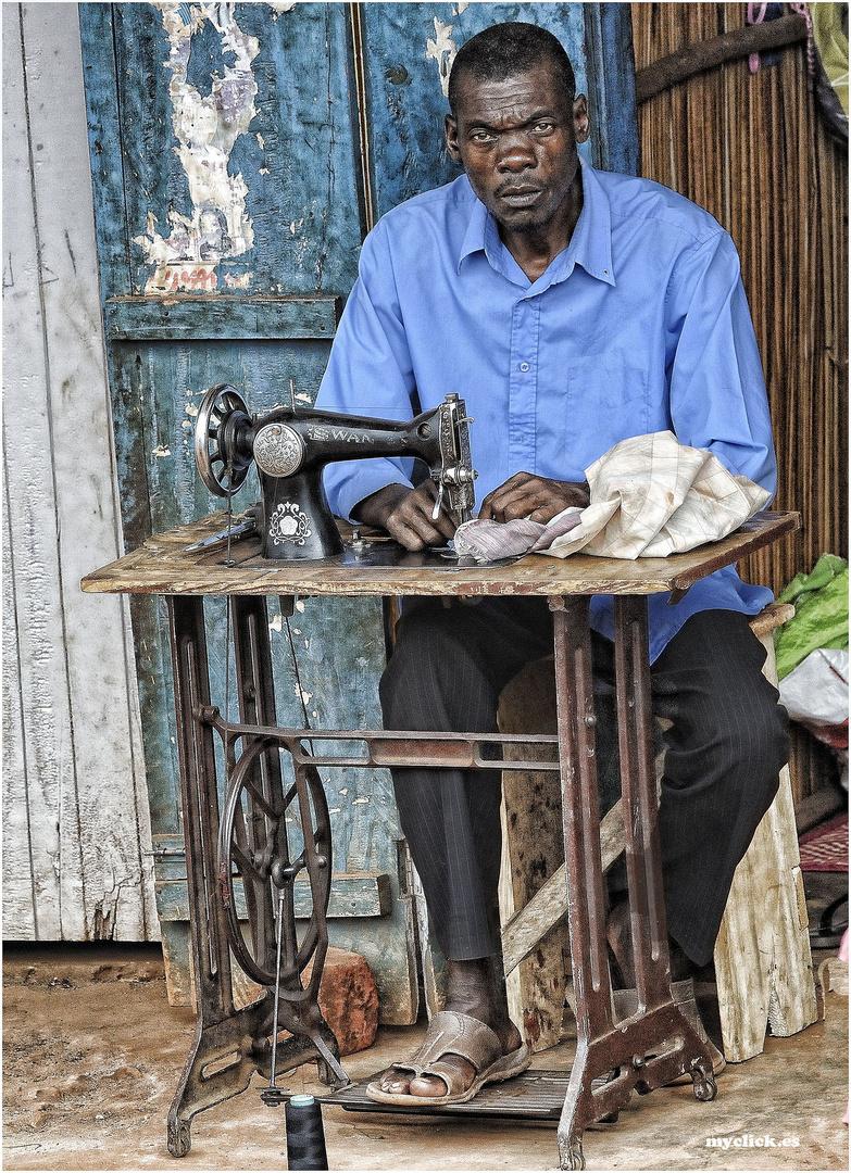 MEMORIAS DE AFRICA -UN SASTRE-UGANDA (Dedicada a Pedro Szendro )