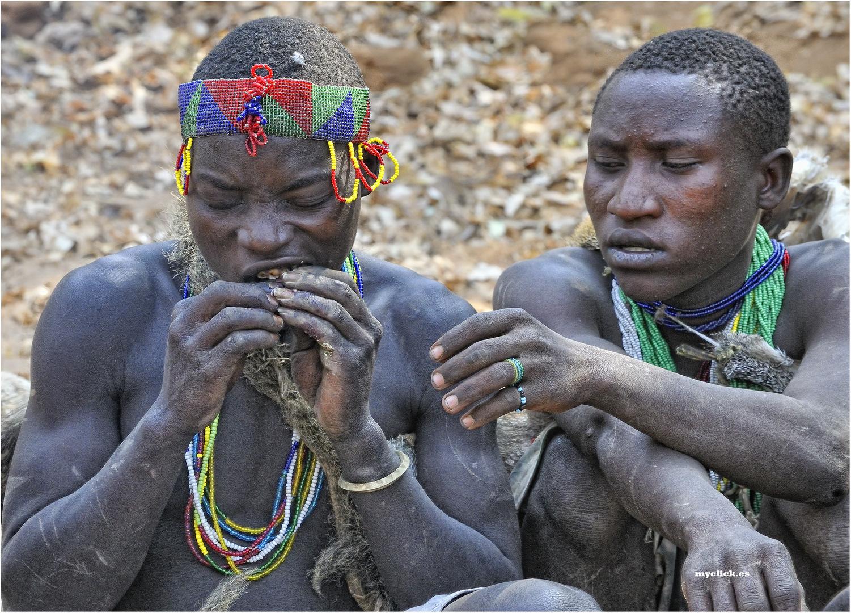 MEMORIAS DE AFRICA -UNA MORDIDA TU Y OTRA YO -LOS HADZABES (Dedicada a Nadia.ES)