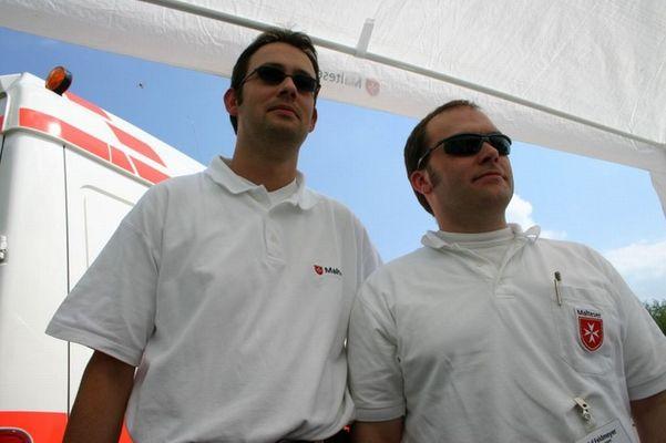 Men in white; Cool, aber kompetent....