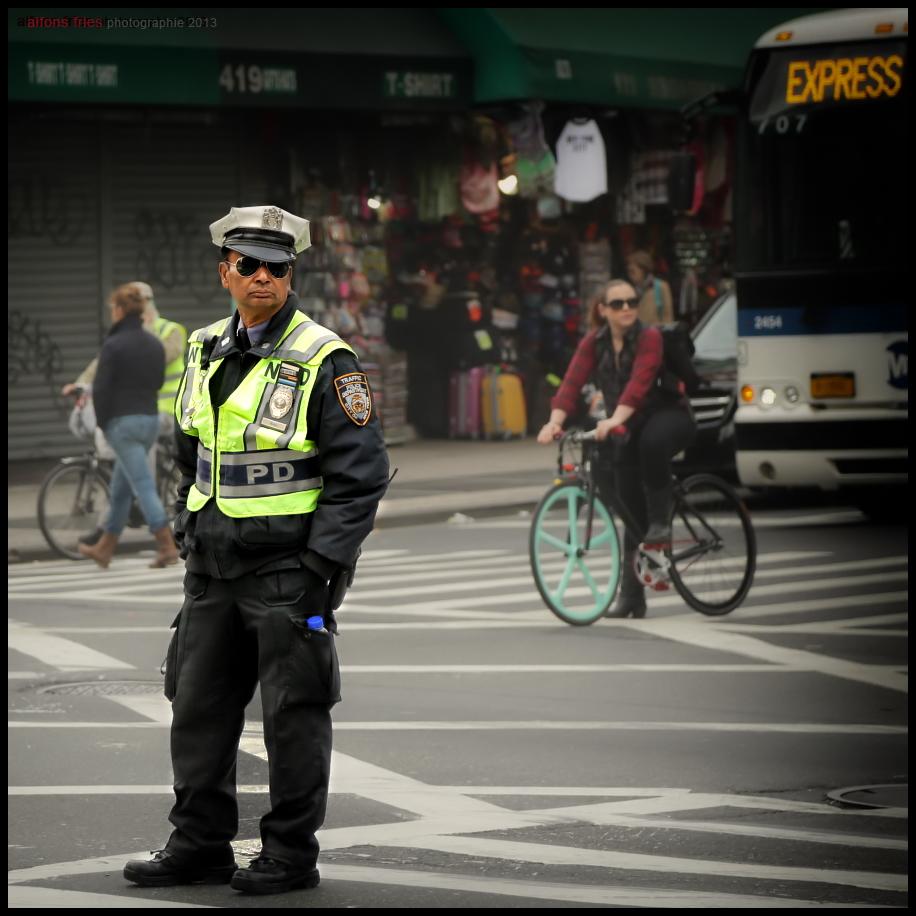 Menchen in New York City (12) ... Officer Lässig