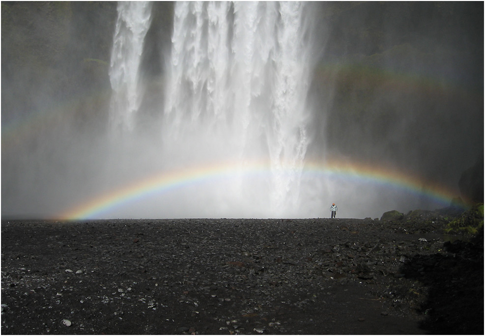 Mensch unter Regenbogen - Skógafoss