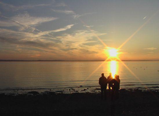 Menschen am abendlichen Bodensee