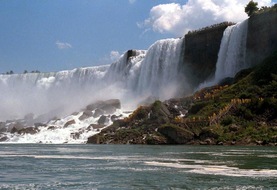 Menschen am Niagara-Fall