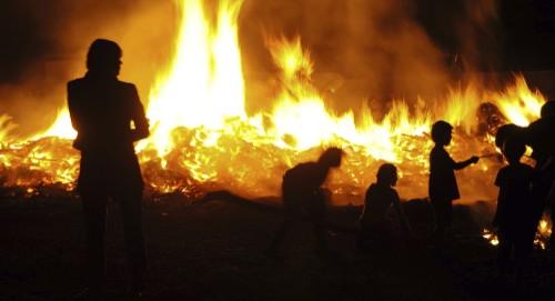 Menschen am Osterfeuer
