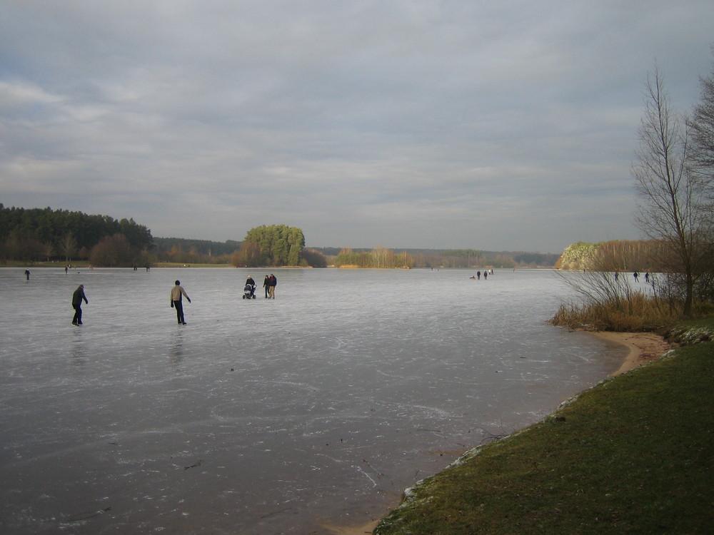 Menschen auf dem Eis-See