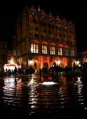 Menschen auf dem Stralsunder Alten Markt in der Langen Nacht des offenen Denkmals