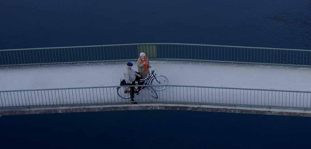 Menschen auf der Brücke
