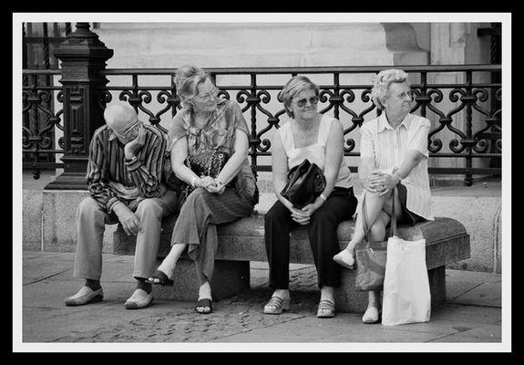 menschen auf einer bank