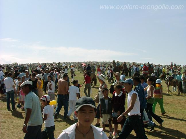 Menschen beim grossten Reiterfest der Welt