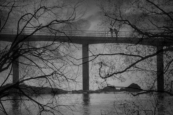 Menschen die von Brücken schauen....