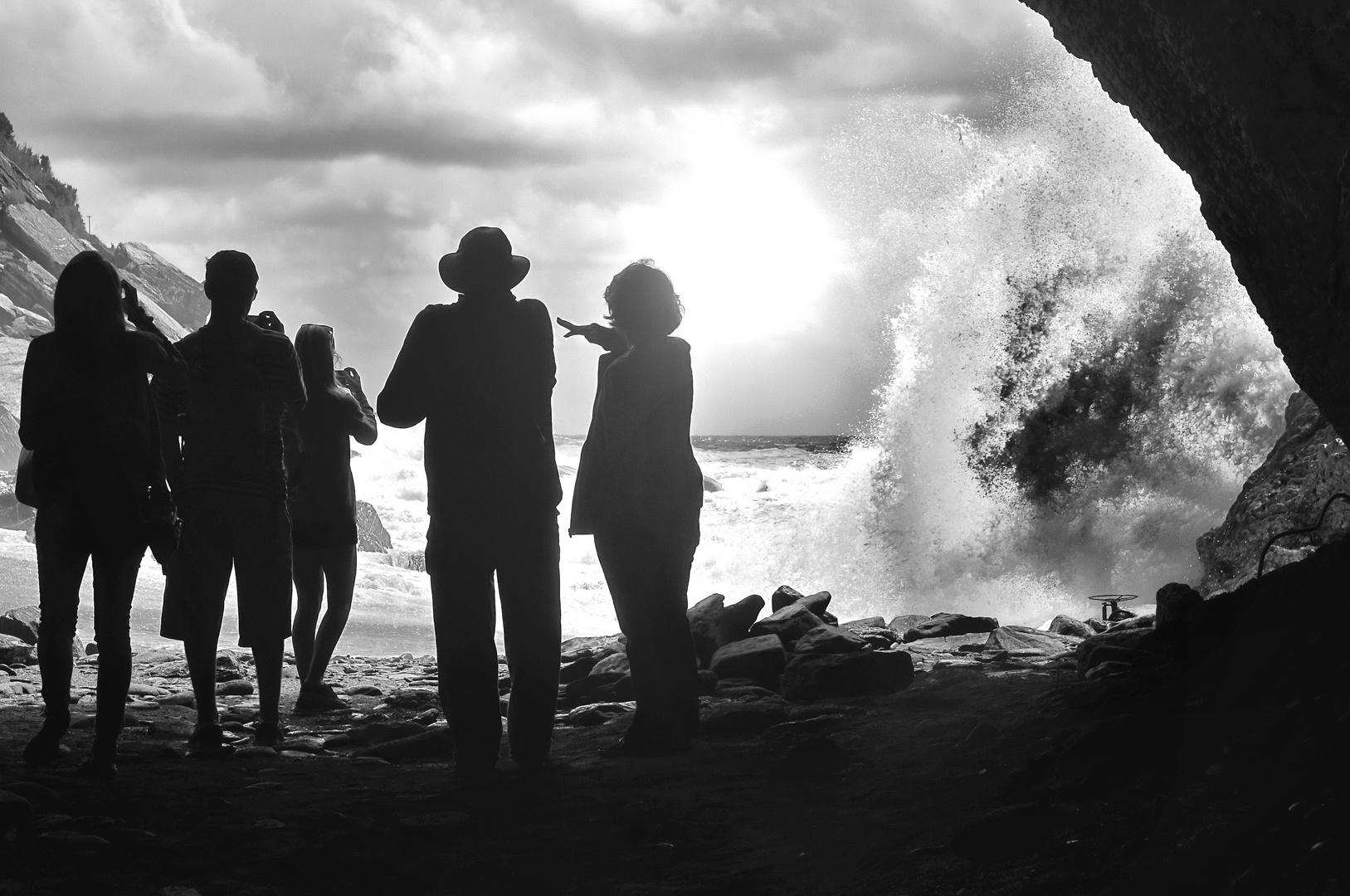 Menschen die Wellen beobachten