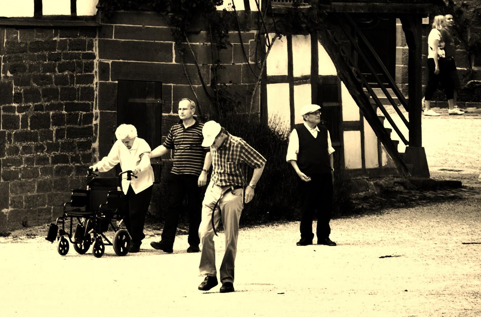 Menschen in der Klosteranlage,  oder manchmal hält der Gürtel nicht was er verspricht...
