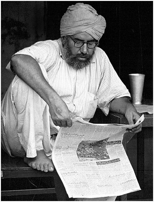 Menschen in Indien - Sikh aus Amritsar beim Zeitunglesen