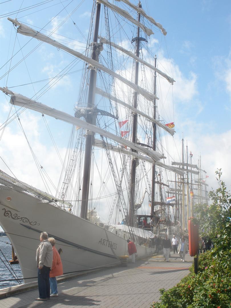 Menschen vor dem Segelschiff
