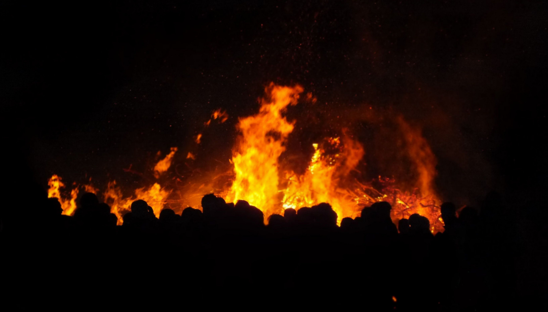 Menschenmassen um Osterfeuer