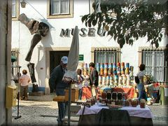 Mercatino davanti al museo dei dinosauri.  Market in front of the dinosaur museum..