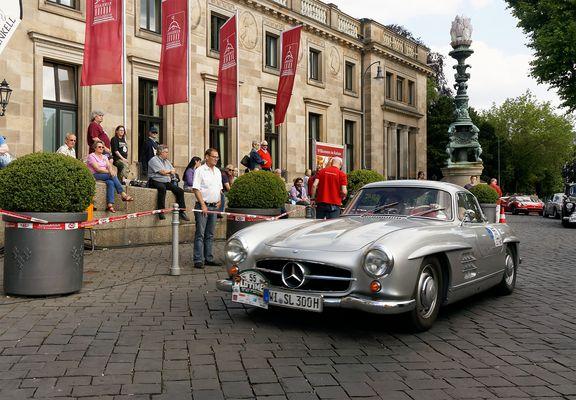 Mercedes Benz 300 SL bei Oldtimer Ralley Wiesbaden am Kurhaus