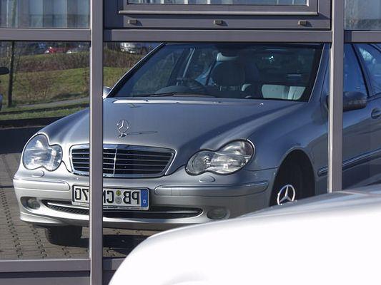 Mercedes C220 vor Spiegelfassade