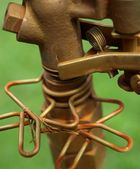 Metallhahn mit Gewinde und Schrauben