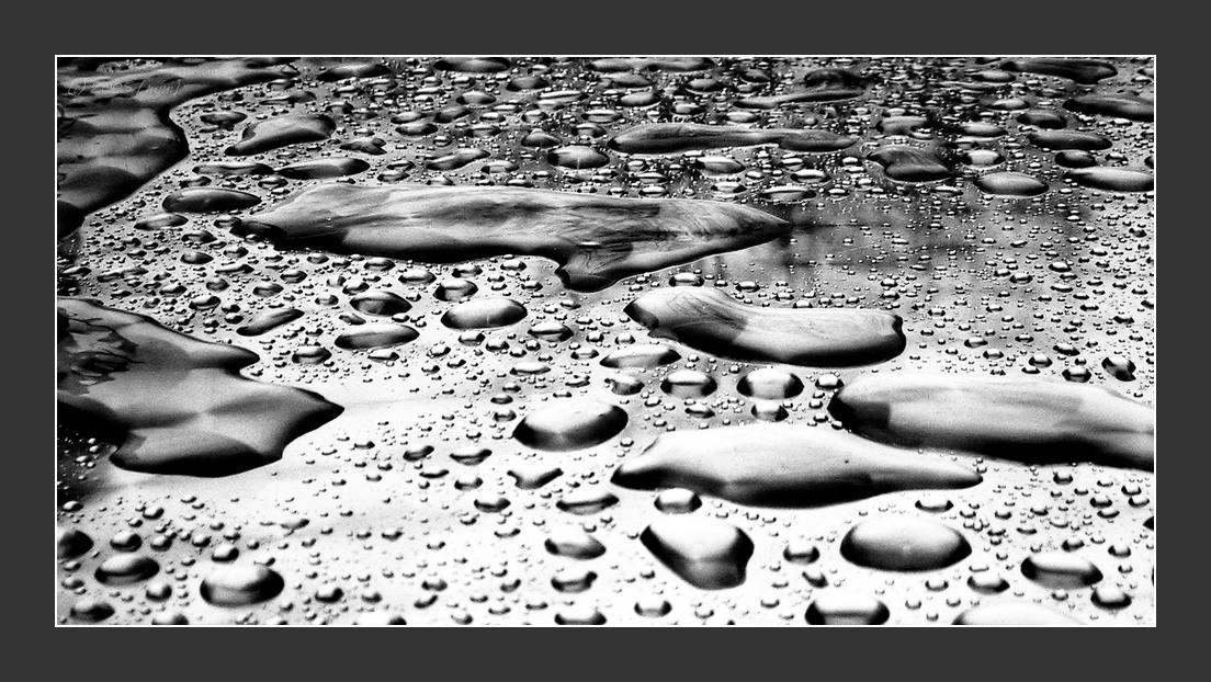 Metalltisch nach dem Regen...