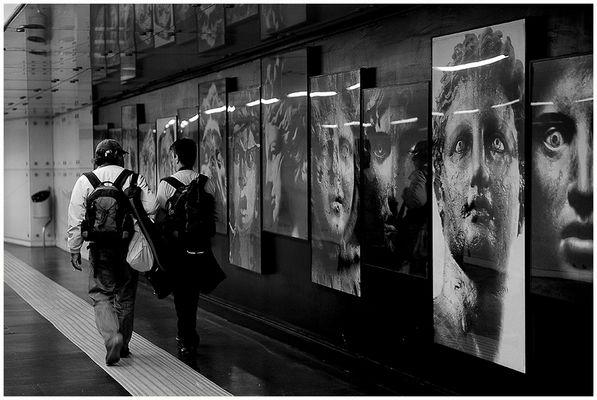 """Metro 09 - """"Sotto gli sguardi di pietra..."""""""