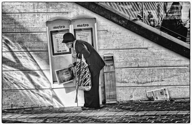 METRO - Die alte Dame und ihre Zeitung - La vielle dame et son journal