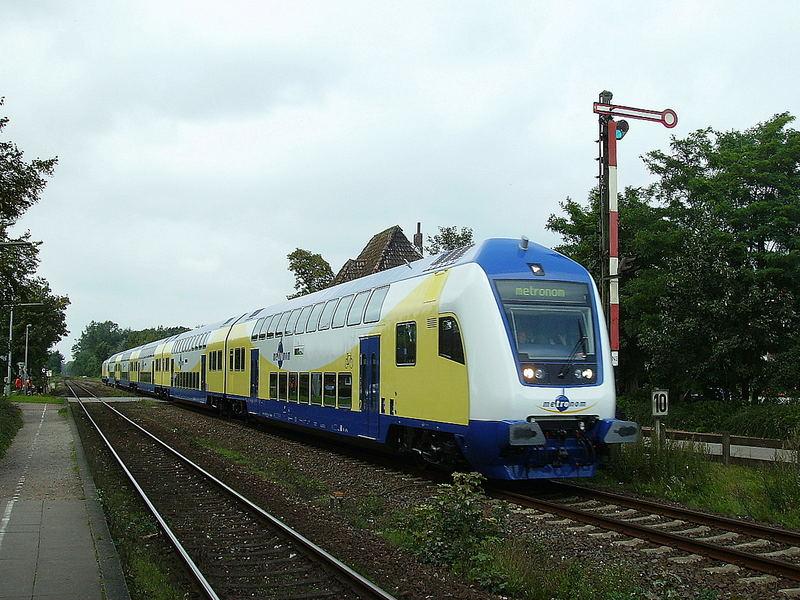 Metronom Einfahrt in den Bahnhof Himmelpforten