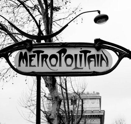 metropolitain devant l'arc de triomphe
