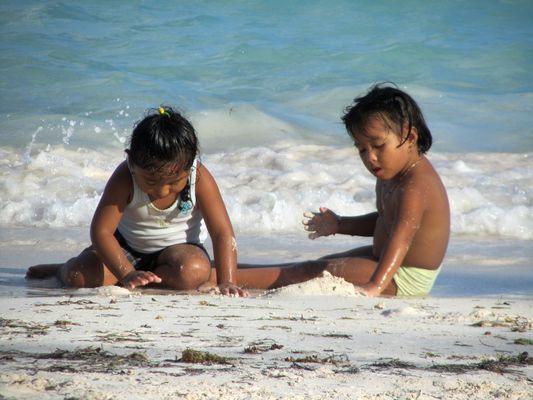 Mexikanische Kinder am Strand