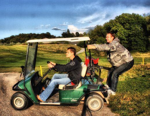 Micha & @derquoos vs. Golfwagen