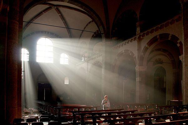 Milano -  La luce avollgente (L'interno di Sant' Ambrogio)