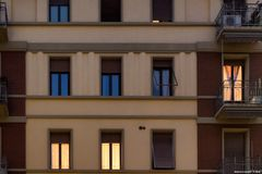 Milano, via Teodosio, finestre