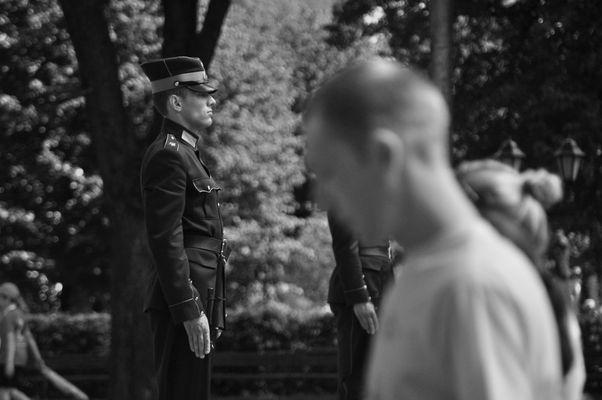 Militaires et passants.