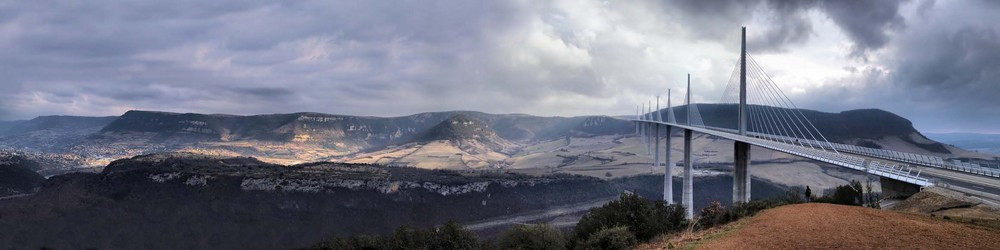 Millau et le viaduc, panorama. (http://alepour.free.fr)