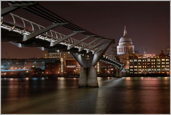 Millenniumbrücke und St. Paul`s Cathedral (London)
