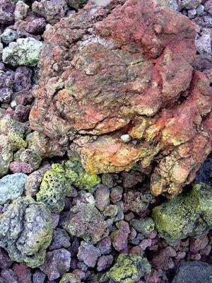 Mineral-und Schwefelgestein am Rande des Ätna´s