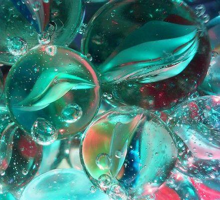 Mineralwasser, Murmeln, Farben wechselnde Leds