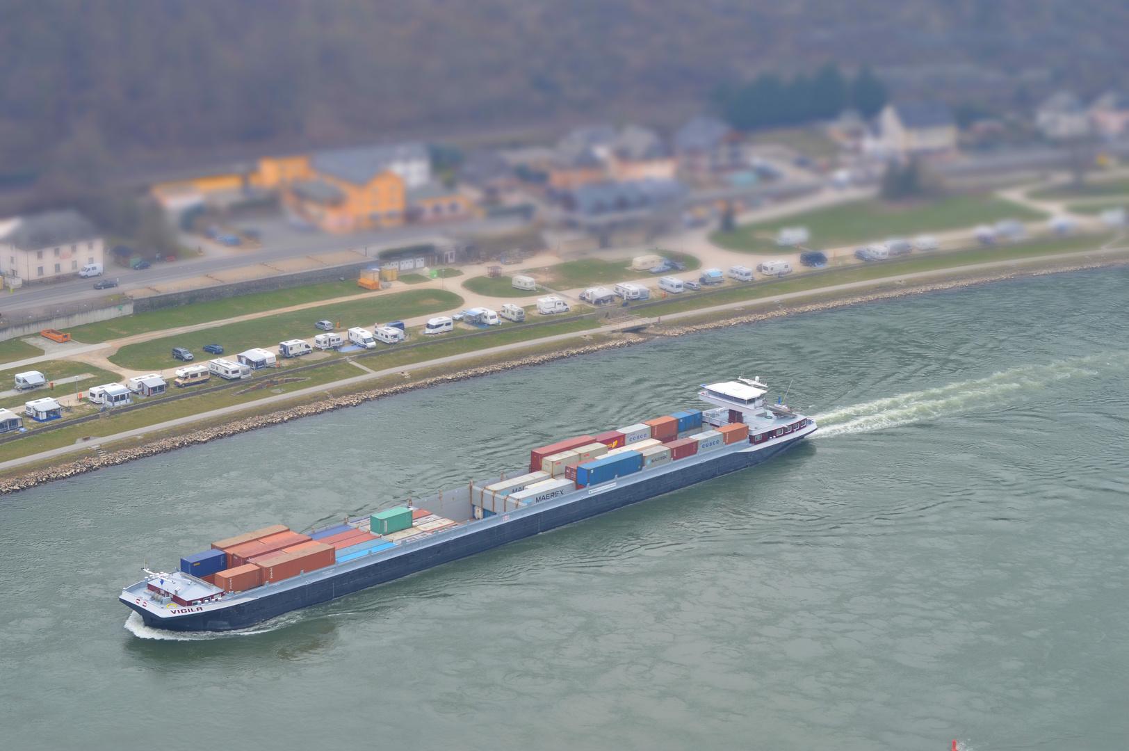 Miniatureffekt - Frachtschiff auf dem Rhein