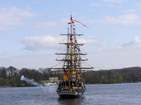 Miniaturfregatte Royal Luise in Potsdam feuert Salut