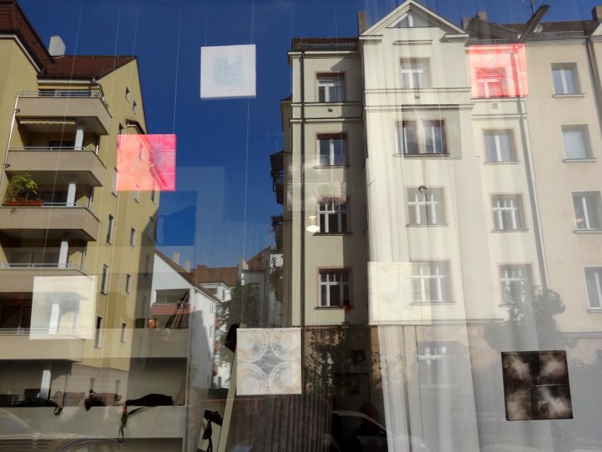 Minifrottagen im Schaufenster, als Spiegelung die Nürnberger Nordstadt