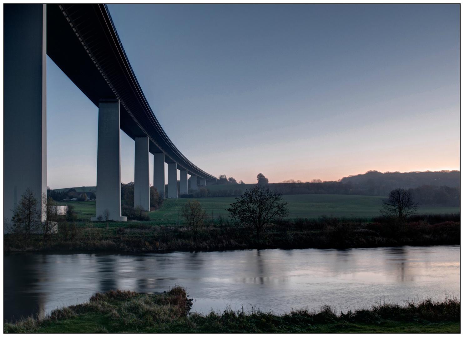 Mintarder Brücke bei Sonnenaufgang